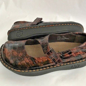 SAVVY Women Brown Croc Embossed Mary Janes Shoes